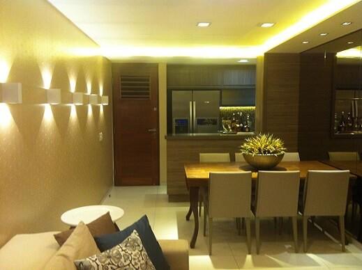 Sala de estar com teto de gesso baixo iluminado Projeto de Larissa