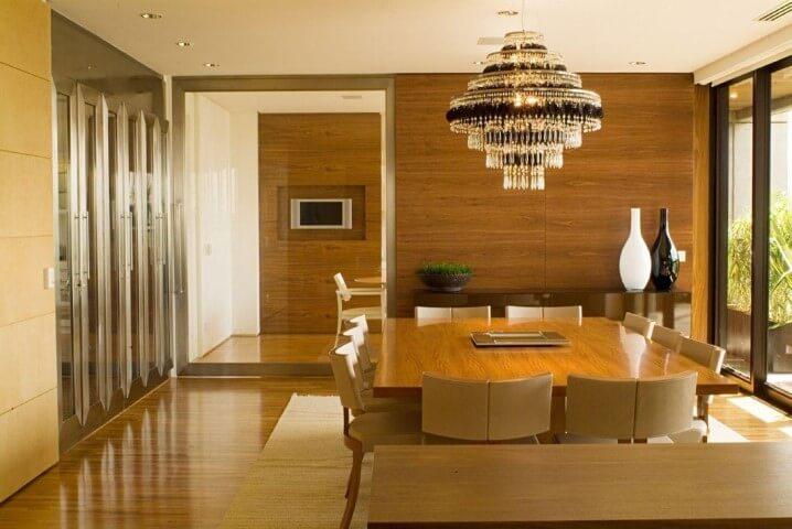 Sala de jantar com pisos que imitam madeira Projeto de A1 Arquitetura