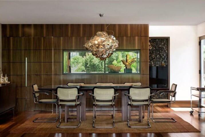 Sala de jantar com pisos que imitam madeira Projeto de Elmor Arquitetura