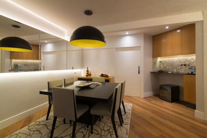 Sala de jantar com pisos que imitam madeira Projeto de Ingrid Rosien Nichols