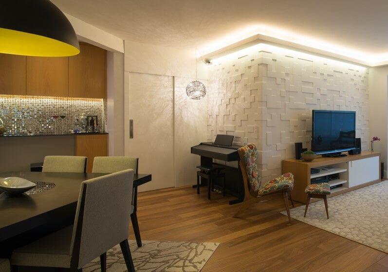 Sala de jantar com pisos que imitam madeira Projeto de Ingrid Rosien Nichols1