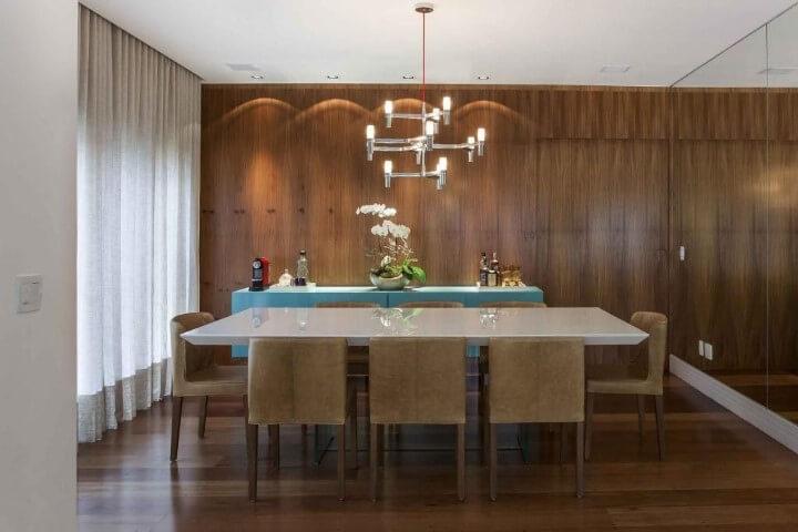 Sala de jantar com pisos que imitam madeira Projeto de Meyer Cortez