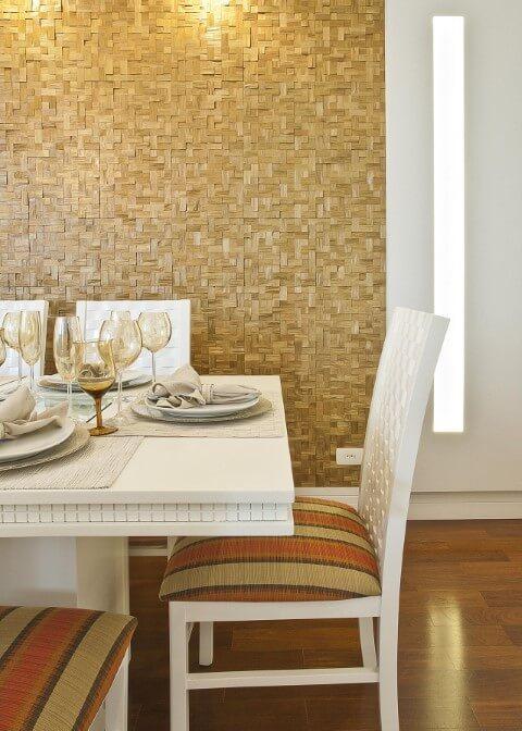 Sala de jantar com pisos que imitam madeira Projeto de Renata Tolentino