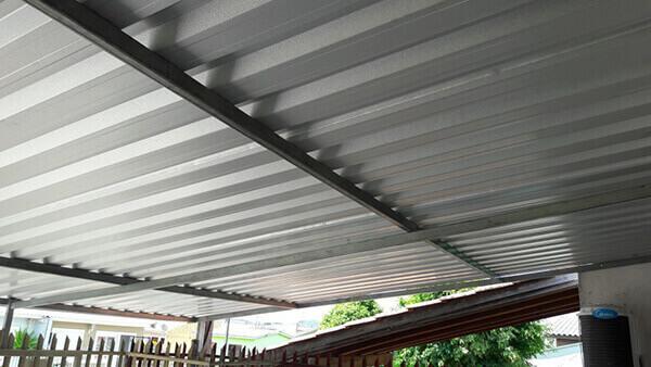 Telhas de zinco em garagem