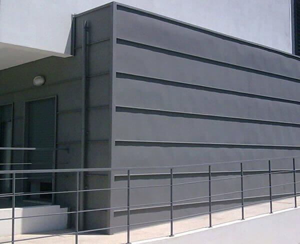 Telhas de zinco em parede de estabelecimento comercial