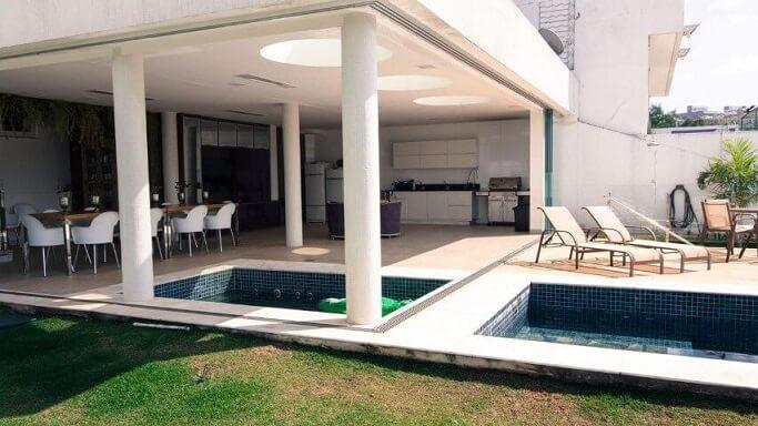 Varanda com duas piscinas pequenas Projeto de Mutabile