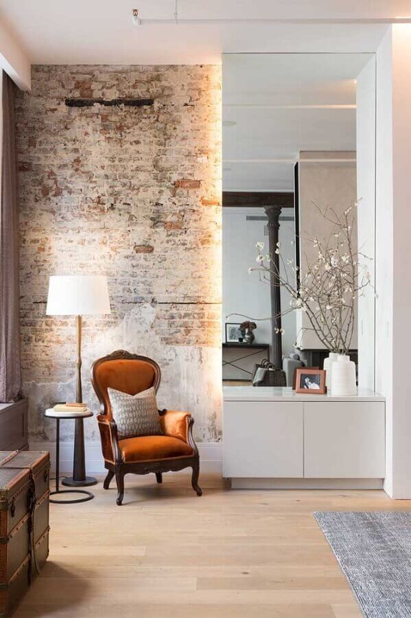 abajur de chão madeira para sala com poltrona clássica e parede de tijolinho Foto Houzz