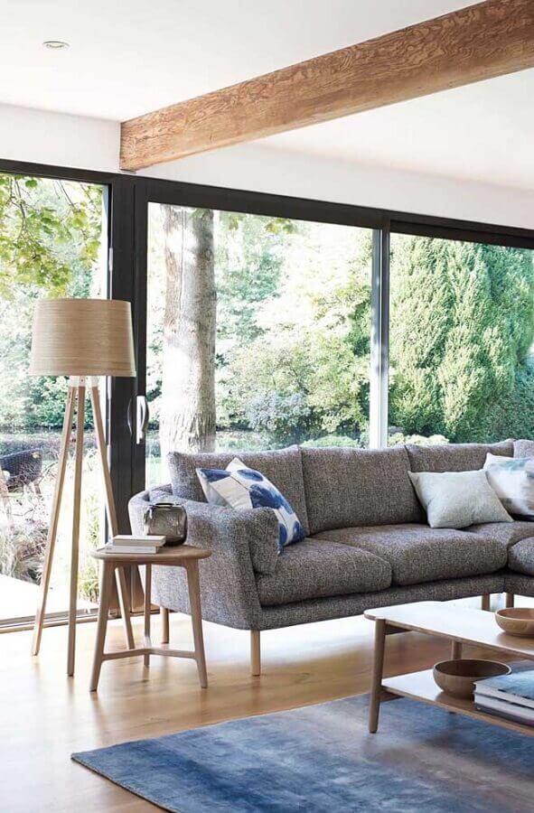 abajur de chão madeira para sala de estar decorada com sofá cinza Foto Apartment Therapy