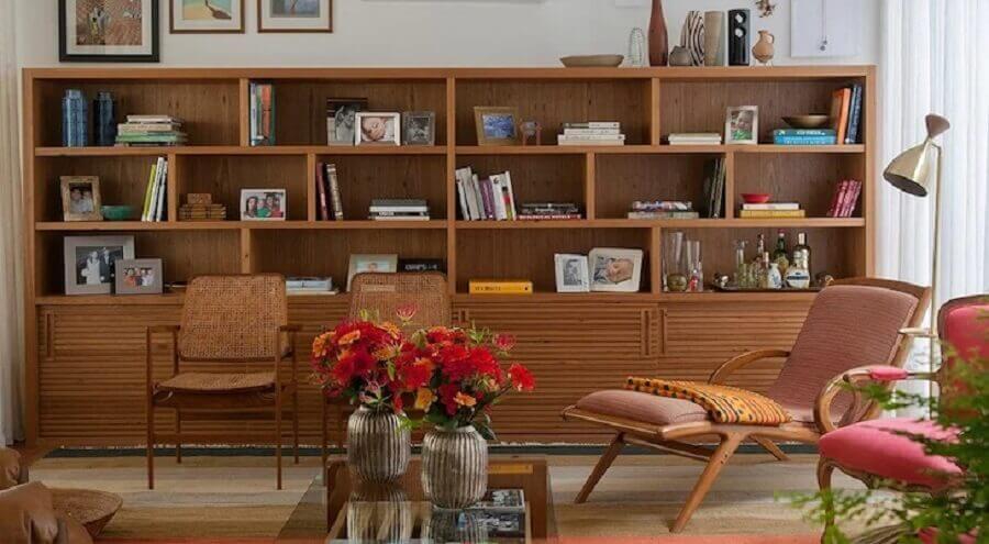 abajur de chão para sala decorada com móveis de madeira Foto Marina Linhares Interiores