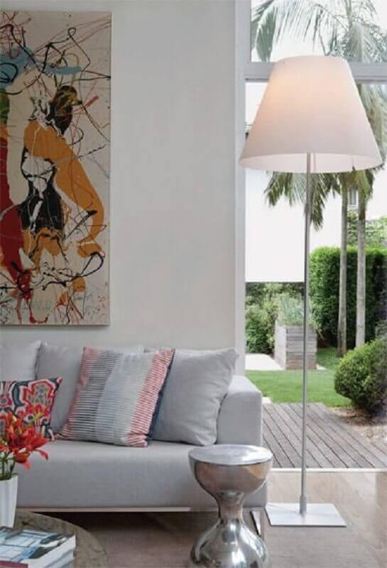 abajur de chão para sala decorada com quadro grande colorido Foto Pinterest