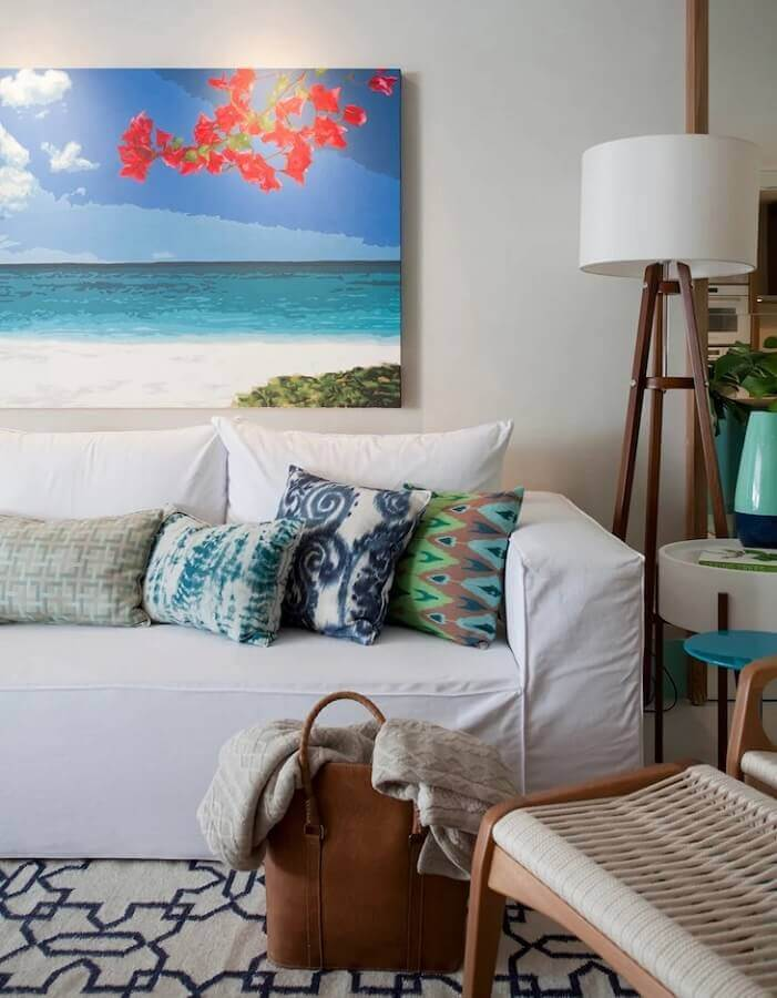 abajur de chão para sala decorada com sofá branco Foto Juliana Pippi