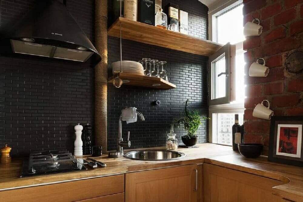 cozinha rústica com azulejo preto.