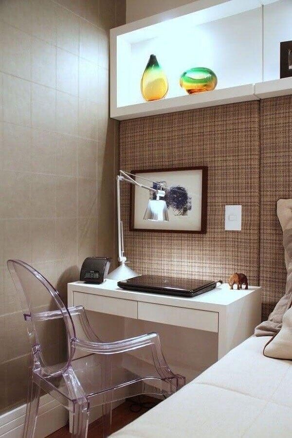 bancada de estudo para quarto decorado com papel de parede xadrez e nicho embutido com iluminação Foto Wood Save