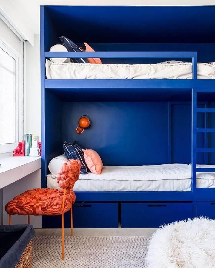 bancada de estudo para quarto duplo com beliche azul planejada Foto Suite Arquitetos
