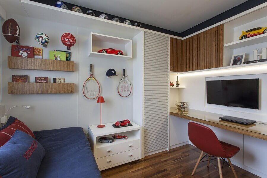 bancada de estudo para quarto masculino decorado com nichos e armários planejados Foto Ark2 Arquitetura