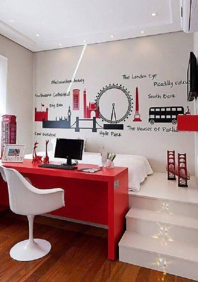 bancada de estudo para quarto planejado decorado em vermelho e branco Foto Archzine