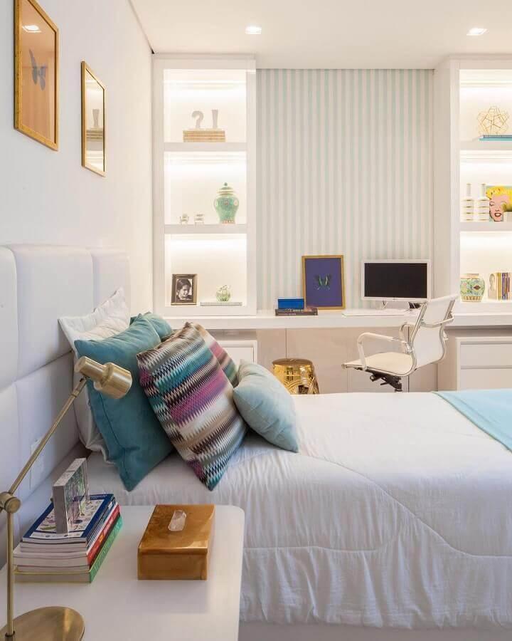 bancada de estudo para quarto todo branco decorado com nichos embutidos com iluminação Foto Mara Ramos Arquitetura