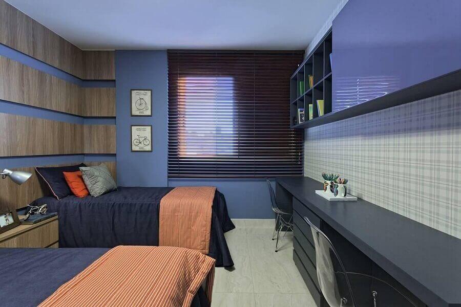 bancada de estudo para quarto todo decorado em azul com papel de parede xadrez e cadeira de acrílico Foto Renata Basques