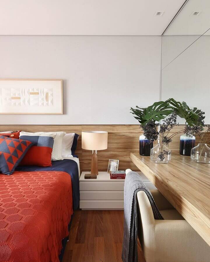 bancada de madeira para quarto de casal com parede espelhada e criado mudo branco Foto Pinterest