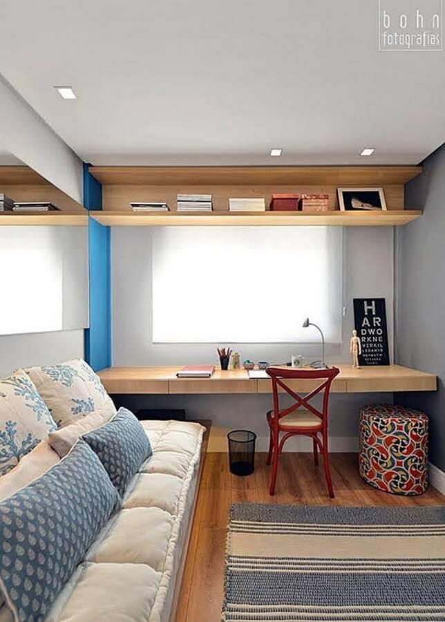 bancada de madeira para quarto de solteiro decorado com tapete listrado Foto Cecoc