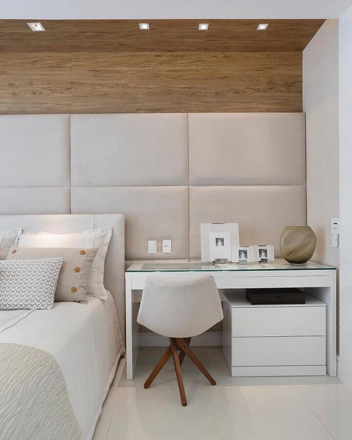 bancada para quarto decorado em tons neutros com parede estofada Foto Claudia Pimenta e Patrícia Franco