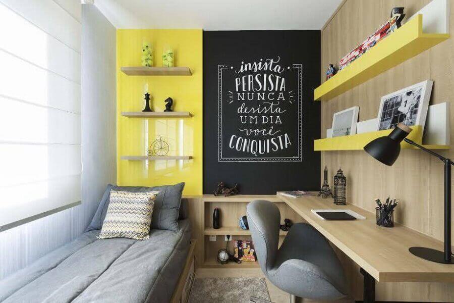 bancada de madeira para quarto moderno decorado com parede amarela e tinta de lousa Foto Adela Parvu