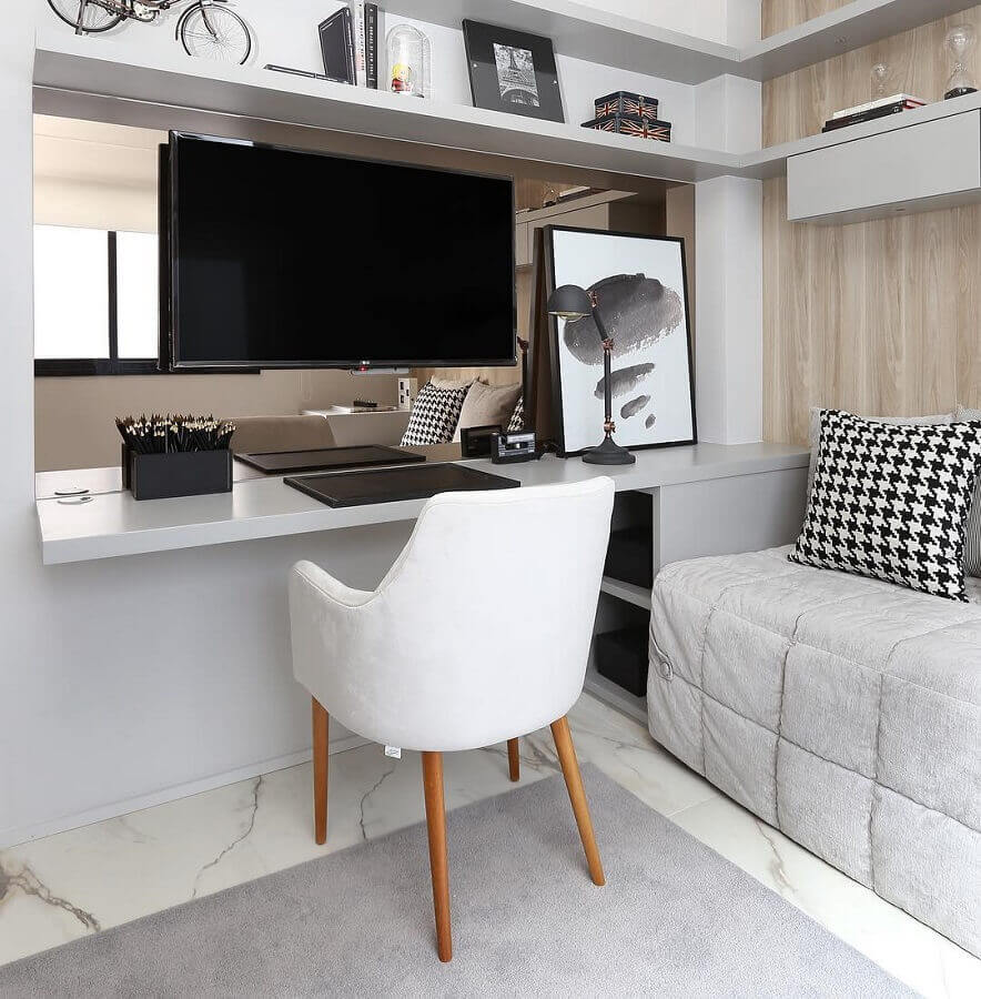 bancada de quarto de solteiro decorado com revestimento de madeira e prateleiras cinza Foto Chris Silveira