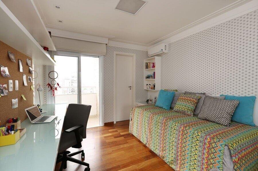bancada para quarto de solteiro com decoração simples Foto Anna Maria Parisi