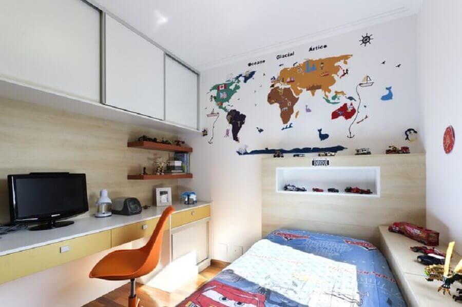 bancada para quarto de solteiro decorado com mapa na parede Foto Juliana Conforto