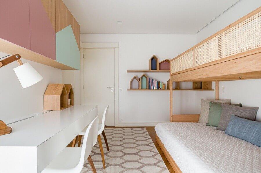 bancada para quarto de solteiro duplo decorado em cores pastel com vários nichos em formato de casinha Foto Suite Arquitetos