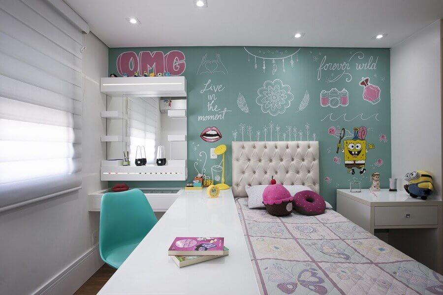 bancada para quarto de solteiro jovem decorado com vários adesivos de parede Foto Katia Llaneli