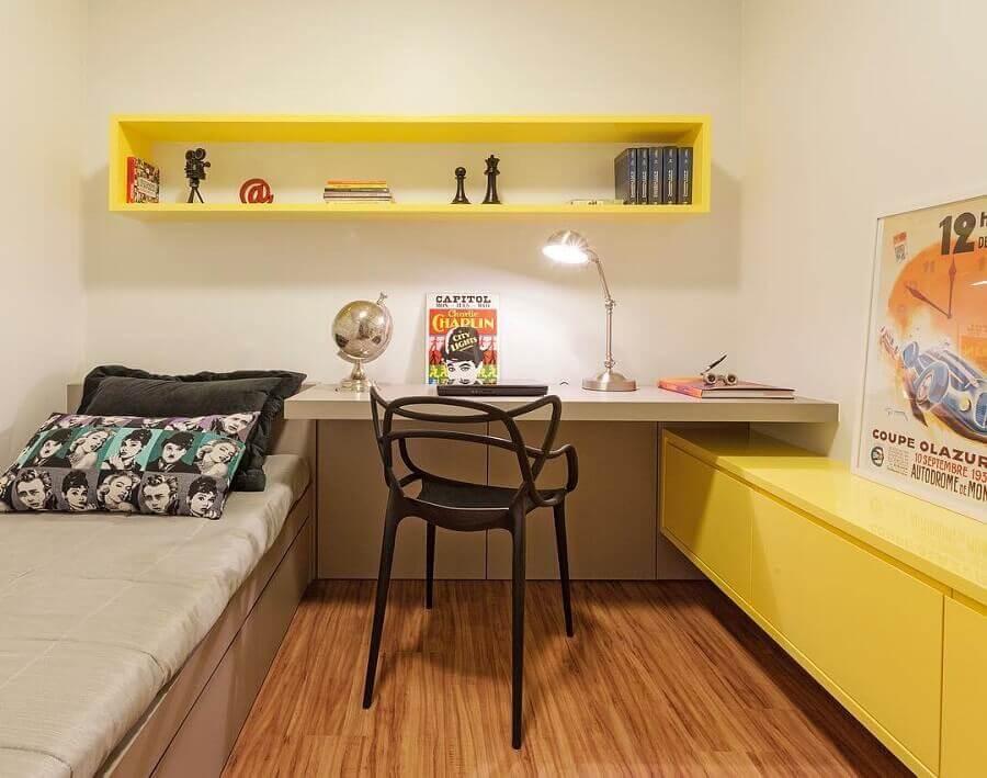 bancada para quarto de solteiro simples com nicho e armário amarelo Foto Arquitetura e Design