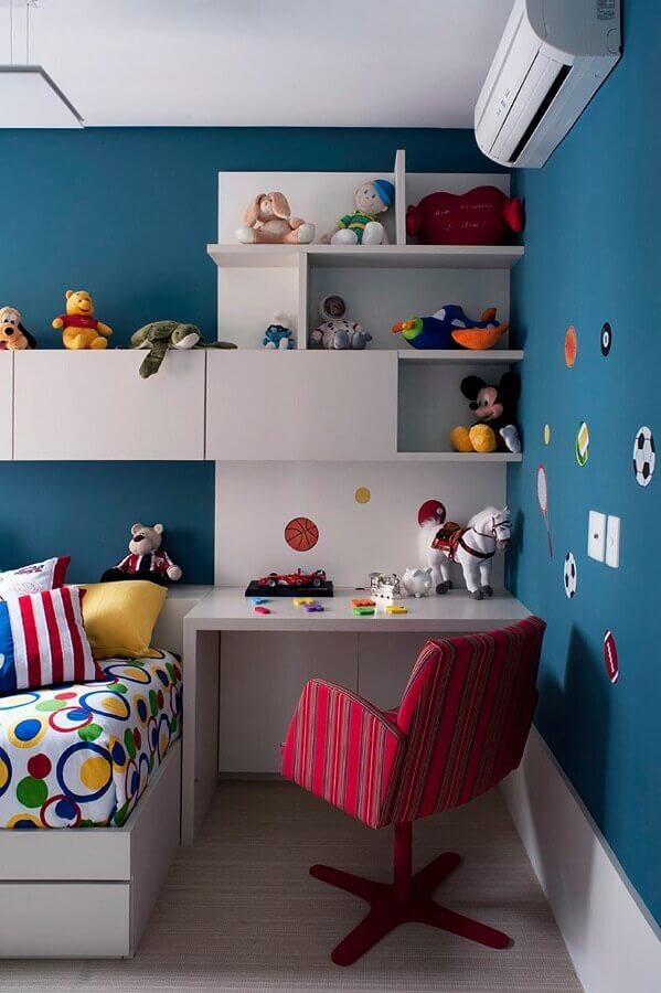 bancada para quarto infantil decorado com parede azul e nichos brancos Foto Pinterest