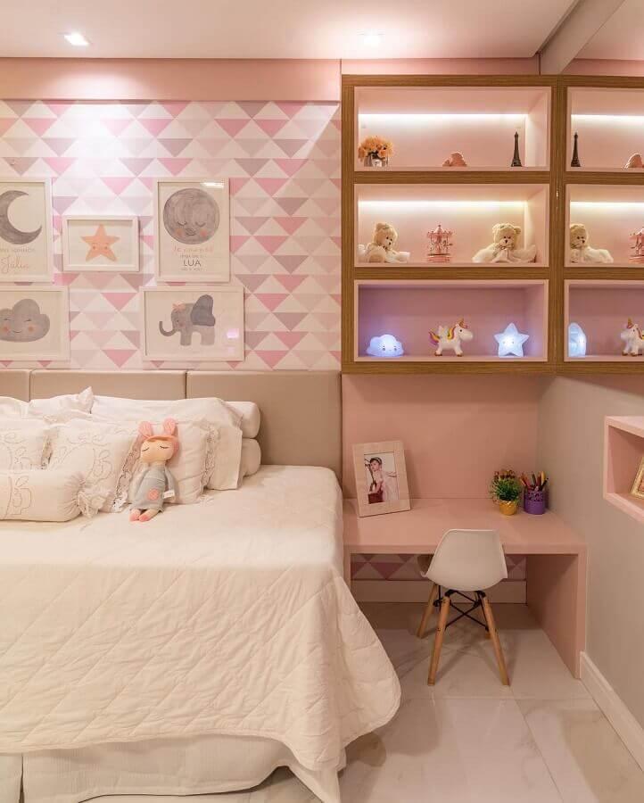bancada para quarto infantil feminino decorado em tons de rosa com papel de parede e nichos embutido com iluminação Foto Vasconcelos Arquitetura