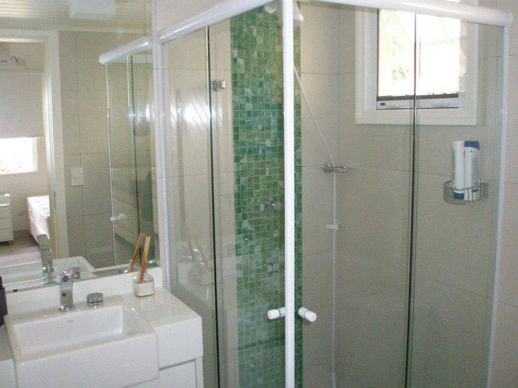 Banheiros com pastilhas de vidro, conheça as vantagens -> Banheiro Com Faixa De Pastilha Vertical