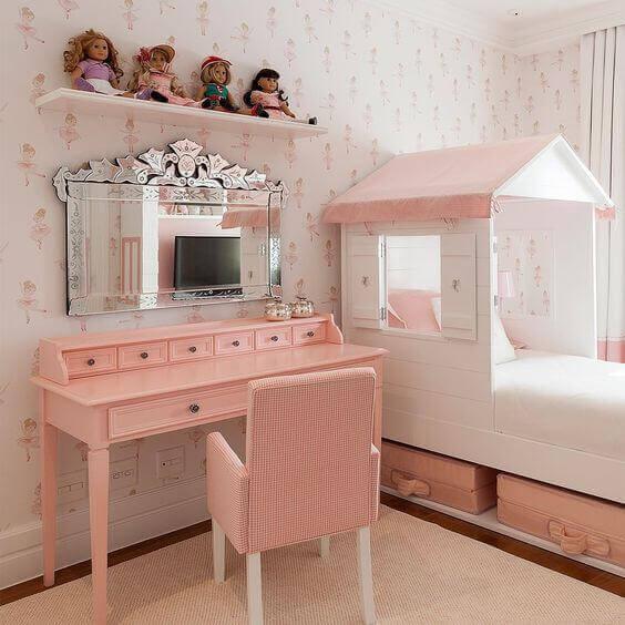 Penteadeira rosa com espelho luxuoso no quarto infantil