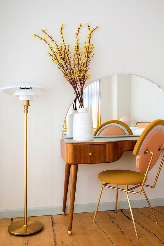 Penteadeira retrô com cadeira amarela e rosa