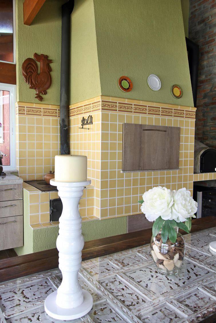Churrasqueira de alvenaria com tijolos falsos em forma de azulejos.
