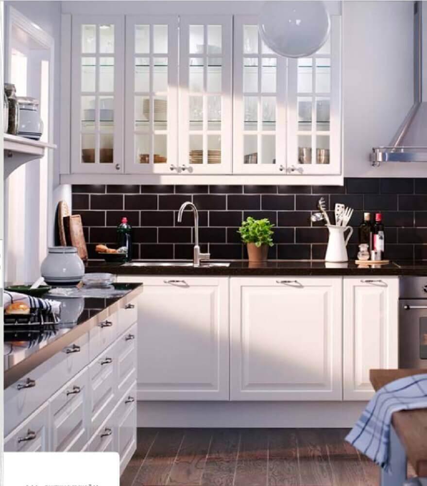 cozinha branca com azulejo hidráulico