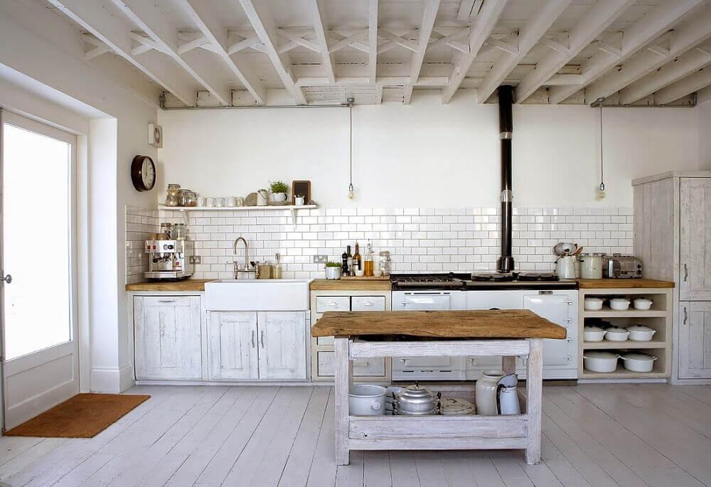 Cozinha branca rústica.