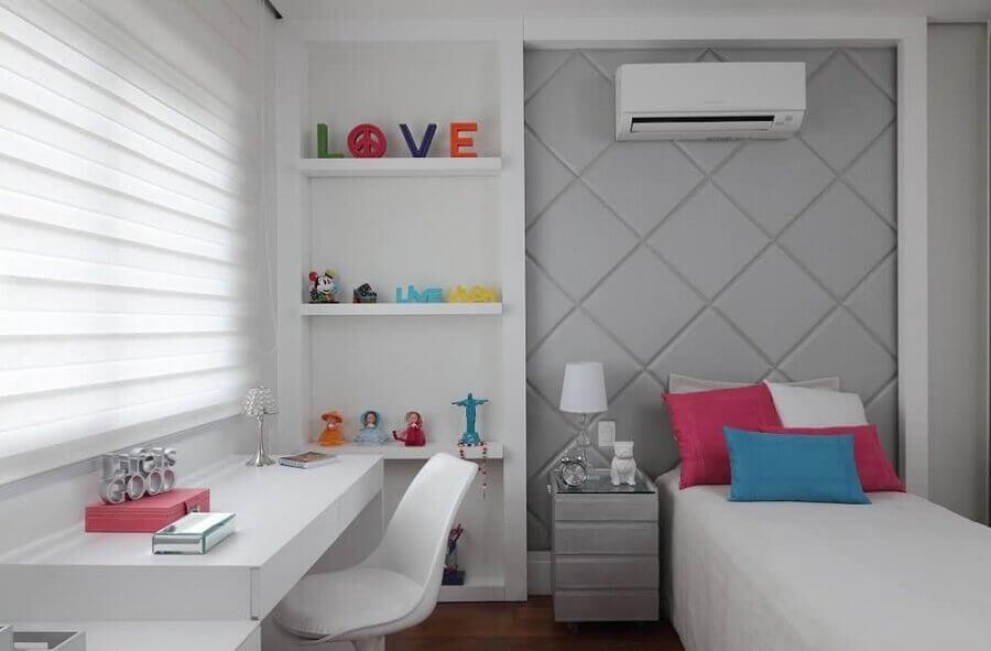 decoração com bancada para quarto de solteiro com parede estofada cinza e prateleiras Foto Rocha Andrade Arquitetura e Interiores