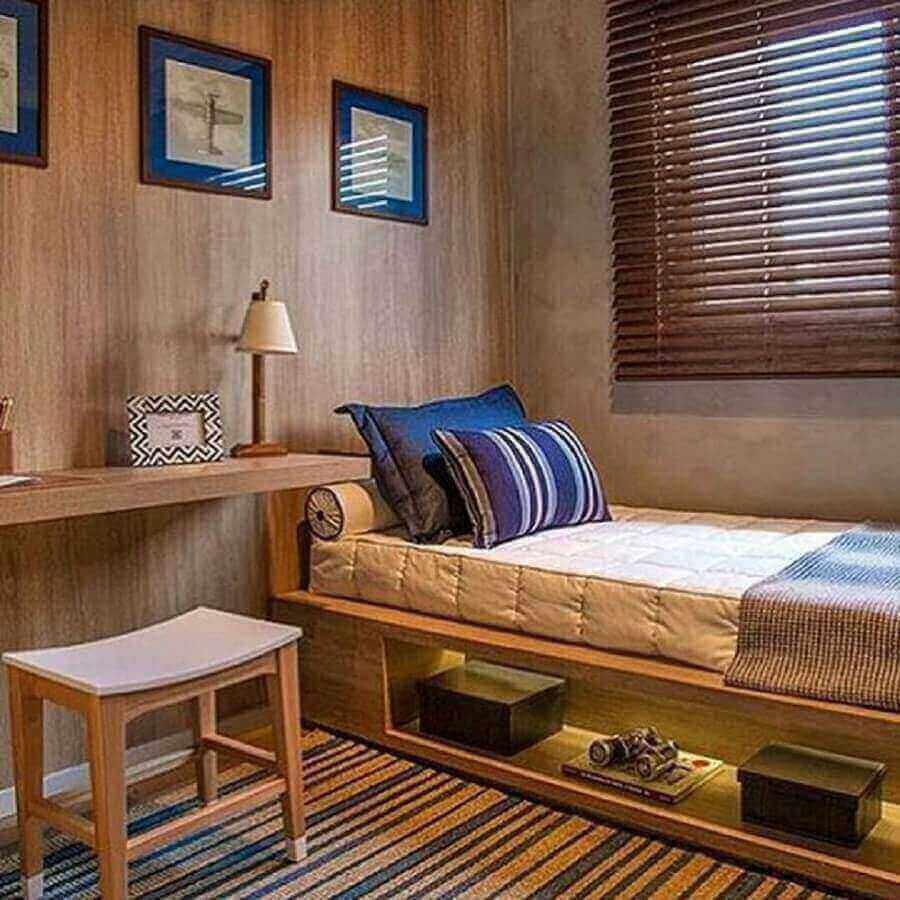 decoração com tapete listrado e revestimento em madeira para quarto com bancada de madeira Foto Pinterest