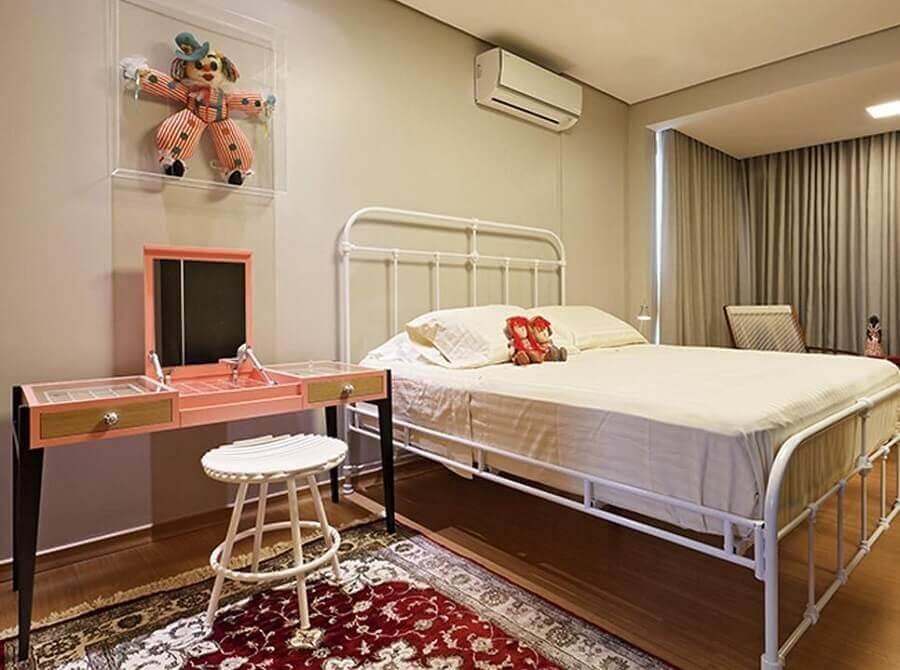 decoração simples com bancada de quarto com cama de ferro Foto Isabela Bethonico