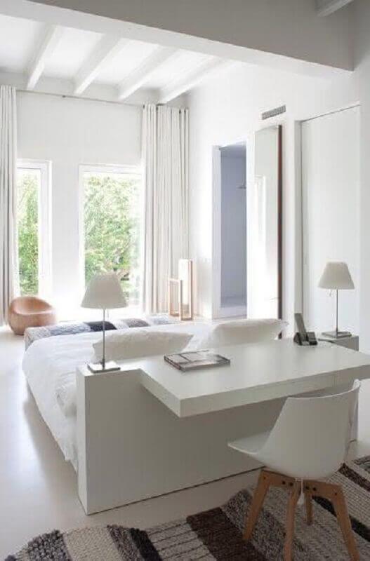 decoração toda branca com bancada para quarto de casal instalada na cabeceira da cama Foto Pinterest