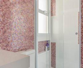 decoracao-banheiro-simples-banheiro-com-pastilhas-furta-cor-rosa-idealizzarearq-155832-proportional-height_cover_medium