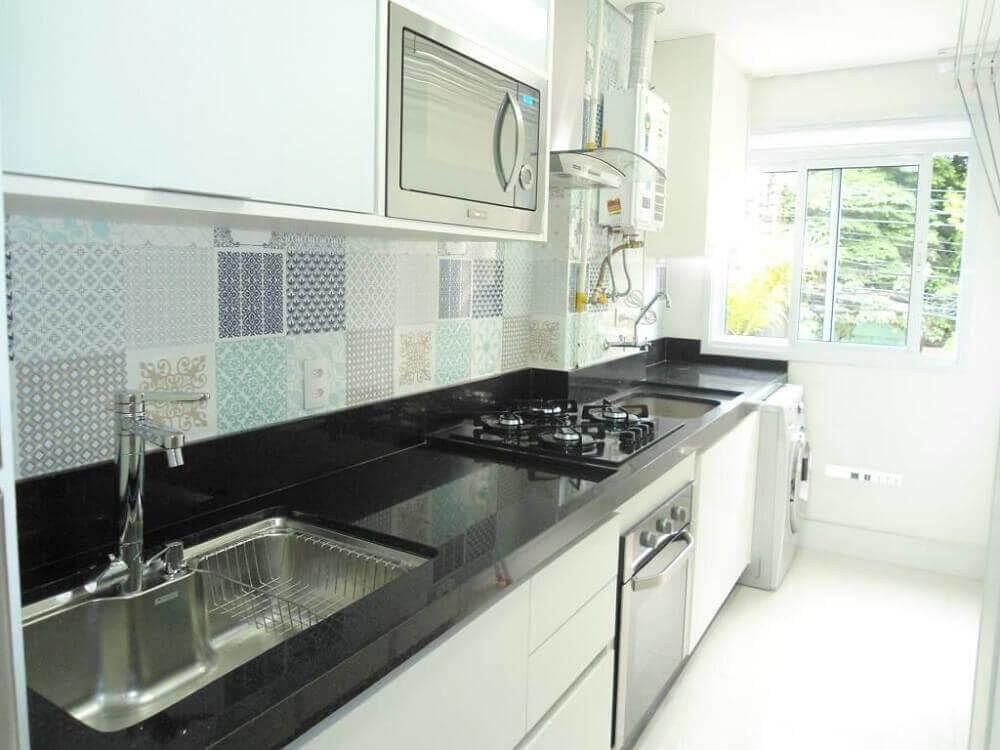 Cozinha clean com azulejo estampado