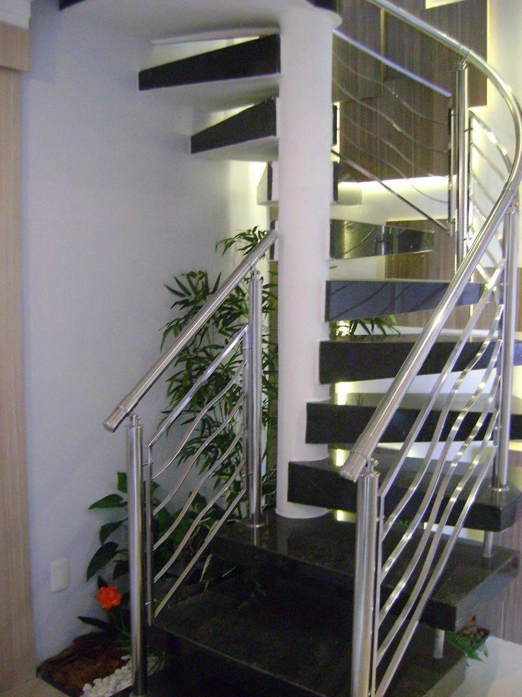 Escadas caracol são aliadas no projeto de decoração