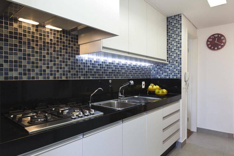 Cozinha comfita de ledembaixo do armário sobre a bancada