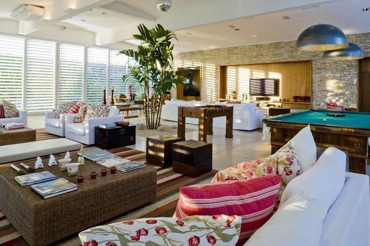 Frentes de casas e energização dos ambientes internos