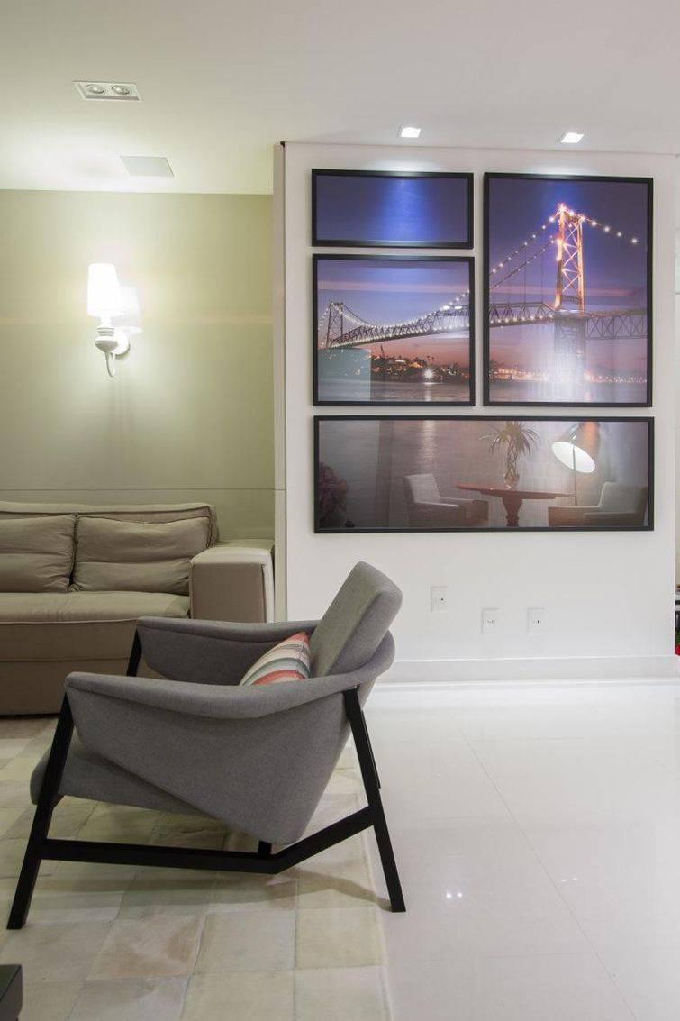 Decoração com quadro espelho em sala de estar usando uma paisagem natural urbana